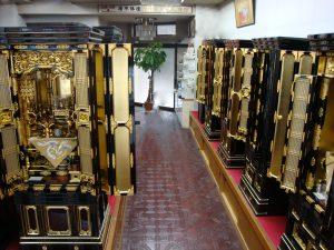 本願寺用金仏壇をはじめ様々な宗派に対応する仏壇を取り揃えています。